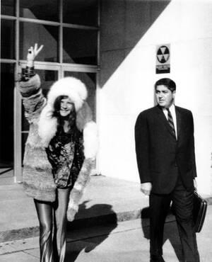 1969, Φλόριντα. Η τραγουδίστρια Τζάνις Τζόπλιν φεύγει από το αστυνομικό τμήμα της Τάμπα, στη Φλόριντα, μαζί με το δικηγόρο της. Η Τζόπλιν κατηγορήθηκε ότι επιτέθηκε φραστικά σε έναν αστυνομικό που διέκοψε μια συναυλία της.