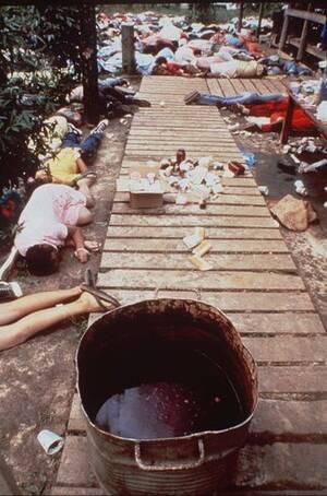 """1978, Γουιάνα. Ένας κουβάς που περιείχε θανατηφόρο κυάνιο, είναι πλέον άδειος έξω από το """"Ναό του Λαού"""" στο Τζόνσταουν της Γουιάνα. Γύρω του, τα νεκρά σώματα των οπαδών της αίρεσης, οι οποίοι ήπιαν το περιεχόμενό του."""