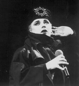 1984, Μασαχουσέτη. Ο Μπόι Τζορτζ στη σκηνή, κατά τη διάρκεια συναυλίας του στο Γουόρσεστερ της ΜΝασαχουσέτης.
