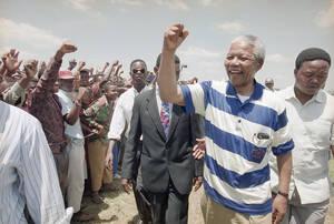 1993, Νότια Αφρική. Ο Πρόεδρος του Αφρικανικού Εθνικού Κογκρέσου, Νέλσον Μαντέλα, χαιρετάει τους υποστηρικτές του κατά τη διάρκεια της προεκλογικής του περιοδείας στο Νατάλ, μια από τις πιο επικίνδυνες περιοχές της Νοτίου Αφρικής.
