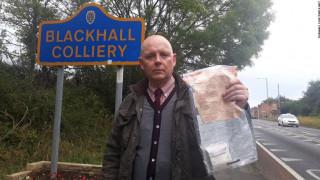 Μυστήριο με τον άγνωστο που αφήνει σακουλάκια με χιλιάδες λίρες στους δρόμους της Αγγλίας