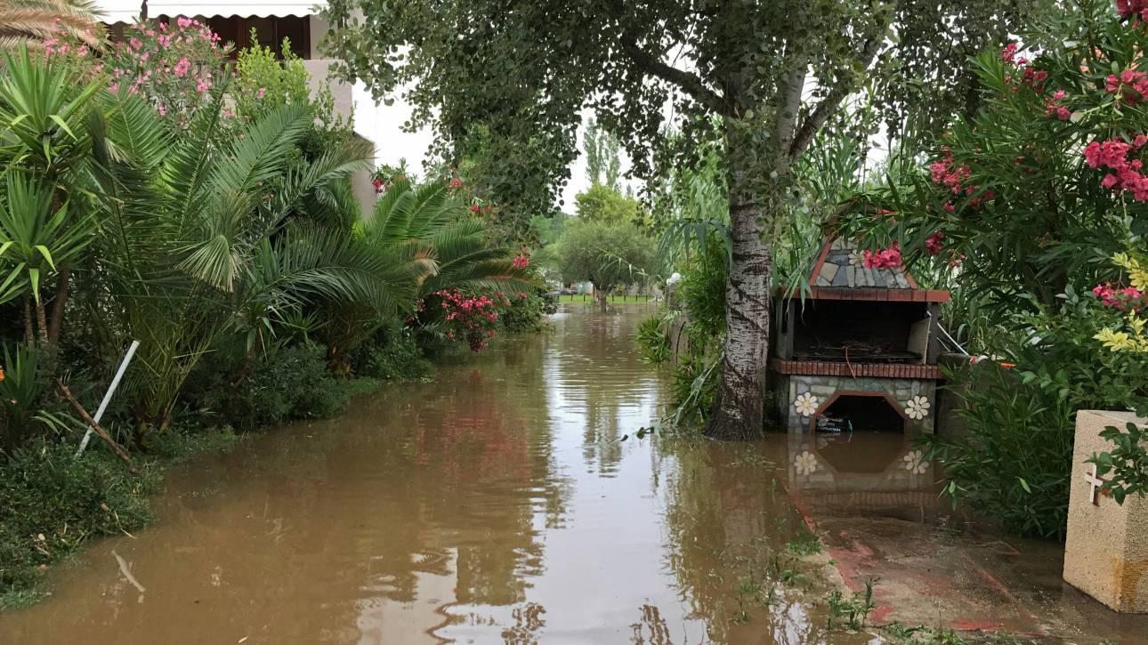 Προβλήματα από την κακοκαιρία: Εγκλωβισμοί, πλημμύρες σπιτιών και δρόμοι «ποτάμια»