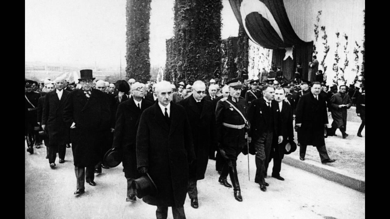 1938, Άγκυρα. Ο νέος Πρόεδρος της Τουρκίας, Ισμέτ Ινονού, στην κηδεία του προηγούμενου Προέδρου της χώρας, Μουσταφά Κεμάλ Ατατούρκ. Τριάντα τέσσερα έθνη, ανάμεσα στα οποία και το Ηνωμένο Βασίλειο, εκπροσωπήθηκαν στην κηδεία.