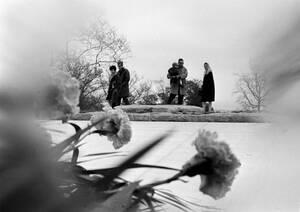 1967, Άρλινγκτον. Η φλόγα καίει στον τάφο του Τζον Φ. Κένεντι, στο Εθνικό Κοιμητήριο του Άρλινγκτον. Τον τάφο έχουν επισκεφθεί πάνω από 21 εκατομμύρια άνθρωποι στον ένα χρόνο που έχει μεσολαβήσει από τη δολοφονία του Κένεντι.
