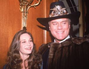 """1980, Λος Άντζελες. Η ηθοποιός Μαίρη Κρόσμπι, κόρη του Μπινγκ Κρόσμπι και ο ηθοποιός Λάρι Χάγκμαν, ο οποίος παίζει τον Τζέι Αρ Ίουινγκ στη δημοφιλή σειρά """"Ντάλας"""", σε ένα πάρτι στο Λος Άντζελες. Η Κρόσμπι έπειξε στη σειρά το ρόλο της Κριστίν Σέπαρντ, αδελ"""