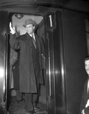 1954, Παρίσι. Ο ηθοποιός Μάρλον Μπράντο στο σταθμό Σεν Λαζάρ στο Παρίσι.