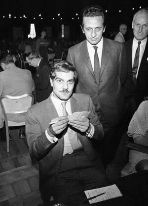 1966, Πίτσμπουργκ. Ο ηθοποιός Ομάρ Σαρίφ, ο οποίος έπαιξε το ρόλο του Δρα Ζιβάγκο στην ομώνυμη ταινία, σε ένα παιχνίδι μπριτζ σε διεθνές τουρνουά. Ο Σαρίφ εκπροσωπεί την Αραβική ομάδα.