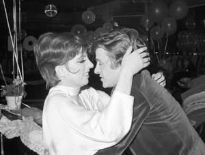 1977, Νέα Υόρκη. Η ηθοποιός Λάιζα Μινέλι και ο χορευτής Μικαΐλ Μπαρίσνικοφ αγκαλιάζονται στη ντισκοτέκ New York, New York.