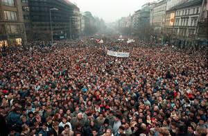1989, Πράγα. Περίπου 200.000 άνθρωποι έχουν συγκεντρωθεί στην Πλατεία Wenceslas, στην Πράγα της Τσεχοσλοβακίας. Η δική τους Επανάσταση ήταν Βελούδινη, μια ειρηνική εξέγερση που γεννήθηκε μέσα από την αστυνομική βία και έφερε το τέλος σε τέσσερις δεκαετίες