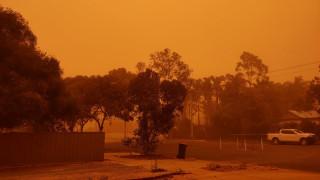 Πορτοκαλί ο ουρανός στη Μιλντούρα - Ανεμοθύελλα «έπνιξε» την πόλη (pics&vids)