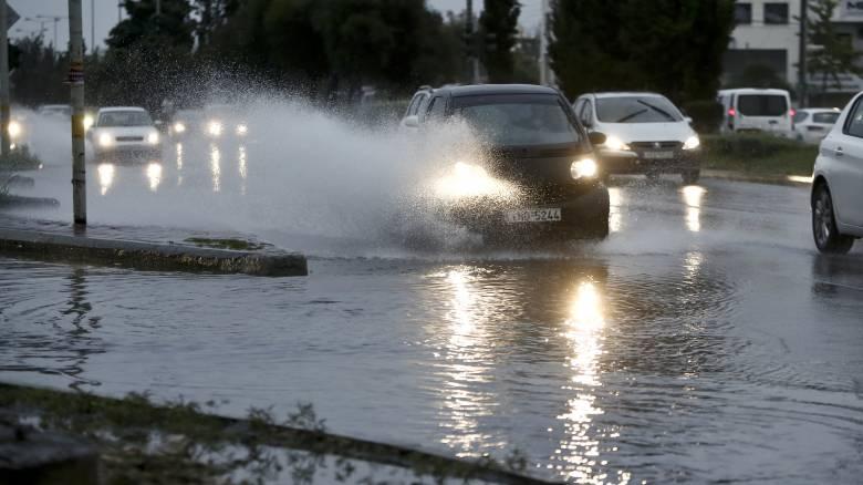 Κακοκαιρία: Ισχυρή καταιγίδα στην Αττική - Ποτάμια οι δρόμοι