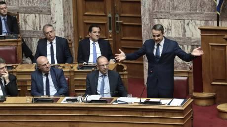 Σύγκρουση «κορυφής» στη Βουλή: «Επαναφέρατε τη διαπλοκή», «δεν θέλουμε μπαχαλάκηδες λευκών κολάρων»