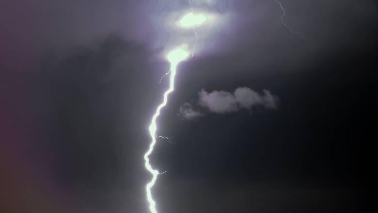 Λήμνος: Κεραυνός άνοιξε τρύπα σε οροφή σπιτιού