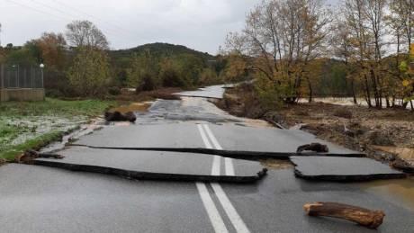 Κακοκαιρία: Σοβαρά προβλήματα στη Χαλκιδική – Κατέρρευσε δρόμος