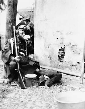 1936, Μαδρίτη. Η ανάπαυλα του πολεμιστή, για  ένα κομμάτι ψωμί και λίγο νερό, μετά από μια σφοδρή μάχη στα προάστεια της Μαδρίτης, κατά τη διάρκεια του εμφυλίου πολέμου.