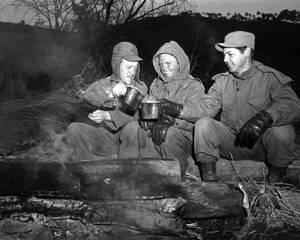 1950, Βόρεια Κορέα. Τρεις Αμερικανοί στρατιώτες, της 24ης Μεραρχίας, προσπαθούν να ζεσταθούν με μια κούπα καφέ, στη Βόρεια Κορέα όπου υπήρετούν.