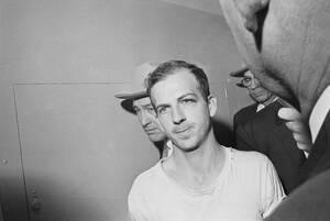 1963, Ντάλας. Ο Λι Χάρβεϊ Όσβαλντ στο αστυνομικό τμήμα του Ντάλας, όπου κρατείται και ανακρίνεται για την εμπλοκή του στη δολοφονία του Προέδρου Κένεντι.
