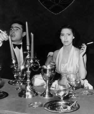 """1951, Παρίσι. Η πριγκίπισσα Μαργαρίτα με το συνοδό της, καπνίζει τη χαρακτηριστική πίπα της στο κλαμπ """"Monseigneur"""" στο Παρίσι."""