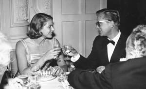 """1958, Λονδίνο. Η ηθοποιός Ίνγκριντ Μπέργκμαν και ο αρραβωνιαστικός της, ο παραγωγός Λαρς Σμίτ, στην πρεμιέρα της ταινίας """"The Inn of the Sixth Happiness"""", στη Λέστερ Σκουέαρ του Λονδίνου."""