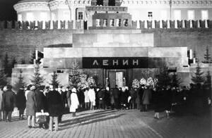 1972, Μόσχα. Όπως κάθε μέρα, ένα μεγάλο πλήθος περιμένει για να προσκυνήσει τον τάφο του Λένιν στη Μόσχα.