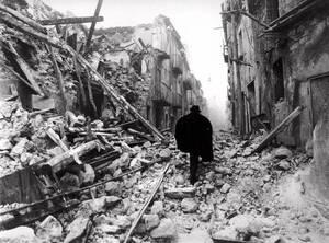 1980, Ιταλία. Ο δρόμος είναι καλυμμένος με ερείπια στη μικρή πόλη Μπολβάνο στη Νότια Ιταλία. Η περιοχή της Ιρπίνια χτυπήθηκε από έναν καταστροφικό σεισμό που κόστισε τυη ζωή σε 2,735 ανθρώπους.