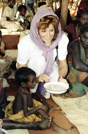 1962, Κένια. Η Σοφία Λόρεν   ταΐζει έναν τετράχρονο πρόσφυγα σε στρατόπεδο προσφύγων στην Κένια. Η Λόρεν, ακολουθούμενη από πολλούς Ιταλούς φωτορεπόρτερ προσπαθεί να αναδείξει το δράμα των Σομαλών προσφύγων.