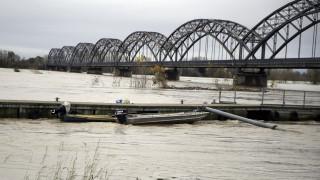 Σφοδρή κακοκαιρία στην Ιταλία: Κατέρρευσε οδογέφυρα λόγω βροχής - Μία νεκρή από τις πλημμύρες