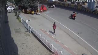 Ινδία: Καρέ - καρέ η στιγμή που αυτοκίνητο πέφτει από γέφυρα και «προσγειώνεται» σε περαστικούς