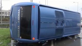 Ανατροπή τουριστικού λεωφορείου έξω από την Αλεξάνδρεια Ημαθίας