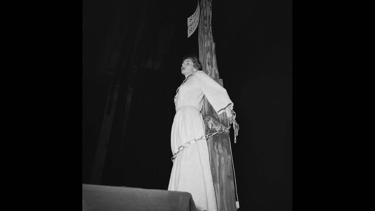 1953, Νάπολη. Η ηθοποιός Ίνγκριντ Μπέργκμαν, δεμένη στο στύλο, κάνει πρόβα για το ρόλο της ως Ιωάννα της Λορένης, στο ομώνυμο έργο του Πολ Κλοντέρ, στη Νάπολη. Η σκηνοθεσία είναι του συζύγου της, Ρομπέρτο Ροσελίνι.