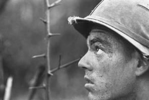 1966, Βιετνάμ. Ένας στρατιώτης της 25ης Μεραρχίας Πεζικού, καλυμμένος με λάσπη και ιδρώτα, περιπολεί στη ζούγκλα κοντά στα σύνορα με την Καμπότζη. Ισχυροί βομβαρδισμοί από B-52 προσπαθούν να καθαρίσουν την περιοχή από τους ελεύθερους σκοπευτές που ταλαιπω