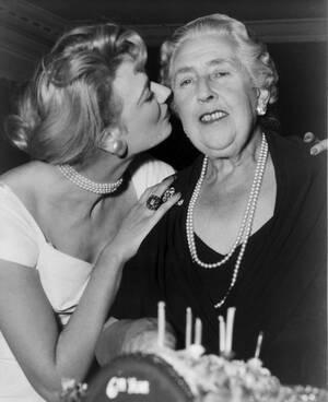 """1958, Λονδίνο. Η ηθοποιός Μαίρη Λο συγχαίρει τη συγγραφέα Αγκάθα Κρίστι για την τεράστια επιτυχία του έργου της """"Η Ποντικοπαγίδα"""". Το έργο παίζεται για έβδομη χρονιά και απόψε γιορτάζει τις 2.500 παραστάσεις."""