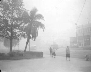 1954, Λος Άντζελες. Η σκηνή είναι πολύ συχνή στο Λος Άντζελες, όπου πυκνή αιθαλομίχλη καλύπτει τα πάντα παραλύοντας την πόλη.