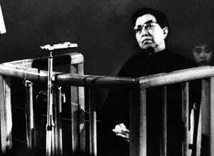 """1980, Πεκίνο. Η Τζιάνγκ Κουίνγκ, χήρα του Μάο Τσε Τουνγκ, δικάζεται από ειδικό δικαστήριο στο Πεκίνο. Η Τζιάνγκ αρνήθηκε να ομολογήσει και απαντούσε """"δεν γνωρίζω""""σε κάθε εναντίον της κατηγορία για συνωμοσία κατά του Προέδρου Τσου Εν Λάι και του Ντενγκ Χσι"""