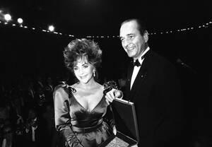 1985, Παρίσι. Η Αμερικανίδα ηθοποιός Ελίζαμπεθ Τέιλορ παραλαμβάνει το Μετάλλιο της πόλης του Παρισιού, από το Δήμαρχο της πόλης, Ζακ Σιράκ, κατά τη διάρκεια εκδήλωσης για το AIDS.