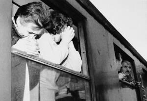 1991, ανατολική Κροατία. Δύο γυναίκες κλαίνε καθώς απομακρύνονται με τρένο από το Όσιτζεκ, της ανατολικής Κροατίας, μετά από σποραδικές επιθέσεις του Γιουγκοσλαβικού στρατού στην πόλη.