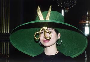 1992, Παρίσι. Μια γυναίκα φοράει ένα καπέλο διακοσμημένο με ένα ψαλίδι. Το καπέλο σχεδιάστηκε για να γιορταστεί η μέρα της Αγίας Αικατερίνης, που ανεπίσημα είναι γιορτή των Γάλλων σχεδιαστών μόδας.
