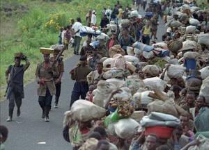 1996, Ζαΐρ. Πρόσφυγες από τη Ρουάντα περπατούν σε ένα δρόμο του Ζαΐρ, προς τη Γκόμα, προσπαθώντας να ξεφύγουν από τους Χούτου.