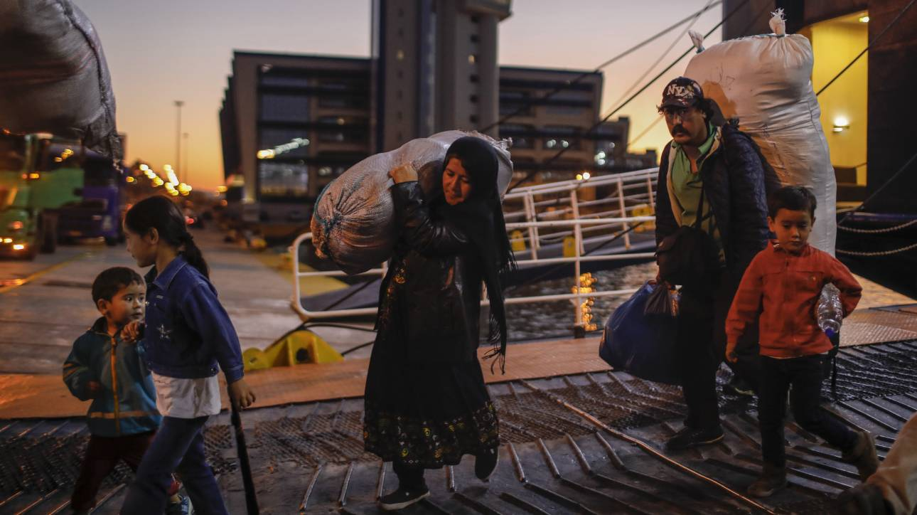Άφιξη προσφύγων από νησιά του Αιγαίου στον Πειραιά
