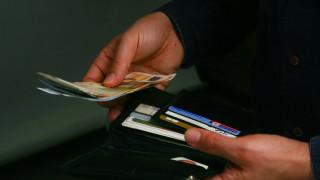 Φόροι και λογαριασμοί «τρώνε» το μισό εισόδημα των καταναλωτών