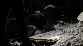 Σεισμός στην Αλβανία: Συγκλονιστικό βίντεο από τη διάσωση παιδιού μέσα από τα συντρίμμια