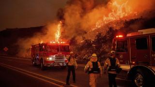 ΗΠΑ: Εκατοντάδες πυροσβέστες στη «μάχη» με τη φωτιά που απειλεί σπίτια τη Σάντα Μπάρμπαρα