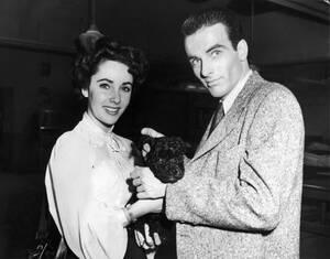 """1949, Λος Άντζελες. Η νεαρή Βρετανίδα ηθοποιός Ελίζαμπεθ Τέιλορ με τον Αμερικανό ηθοποιό Μοντγκόμερι Κλιφ. Οι δύο τους συμπρωταγωνιστούν στην ταινία """"Place in the Sun""""."""