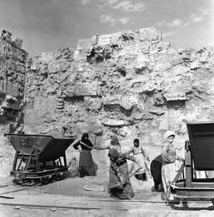 1957, Κύπρος. Γυναίκες εργάζονται στην ανασκαφή στη Σαλαμίνα της Κύπρου, όπου βρέθηκαν τα ερείπια της αρχαίας πόλης που δημιουργήθηκε από τον Τεύκρο, γιο του Τελαμώνα και αδελφό του Αίαντα.