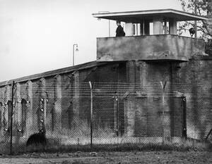 1969, Σπαντάου. Ένας Σοβιετικός στρατιώτης στέκεται στην κορυφή ενός φυλακίου στις φυλακές του Σπαντάου στη Δυτική Γερμανία, όπου μοναδικός κρατούμενος είναι ο Ρούντολφ Ες.