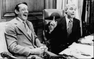 1978, Σαν Φρανσίσκο. Ο δημοτικός σύμβουλος της πόλης του Σαν Φρανσίσκο, Χάρβεϊ Μιλκ (αριστερά) και ο Δήμαρχος της πόλης Τζορτζ Μοσκόνε στο γραφείο του δεύτερου. Οι δύο άντρες δολοφονήθηκαν στις 27 Νοεμβρίου 1978.