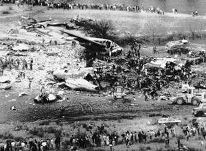 1983, Μαδρίτη. Τα σωστικά συνεργεία αναζητούν επιζώντες μετά την συντριβή του Jumbo 747 της εταιρείας Avianca, κοντά στη Μαδρίτη. Έντεκα άνθρωποι επέζησαν, ενώ 180 έχασαν τη ζωή τους στο δυστύχημα.