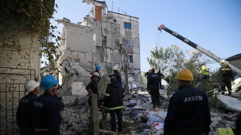 Σεισμός Αλβανία: Καρέ - καρέ η διάσωση 24χρονου από την ΕΜΑΚ