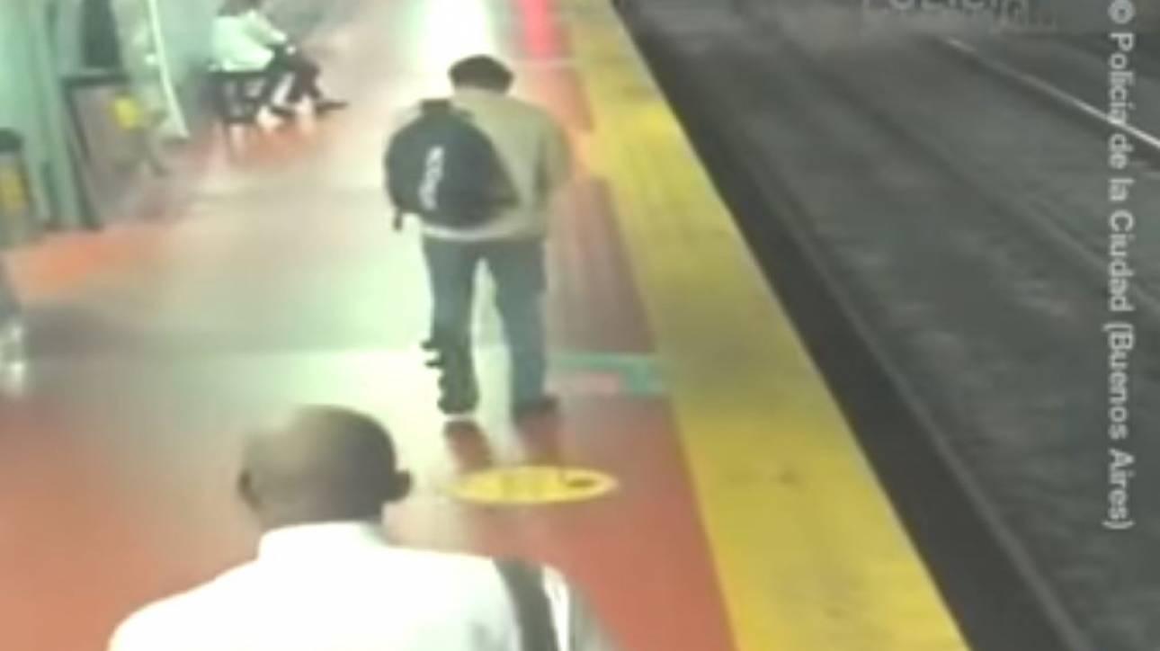 Αργεντινή: Ήταν «κολλημένος» στο κινητό του, δεν πρόσεξε και... έπεσε στις ράγες του μετρό