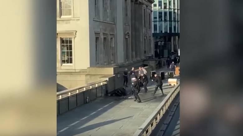 Γέφυρα του Λονδίνου: Σοκαριστικό βίντεο από την στιγμή που η αστυνομία πυροβολεί τον δράστη